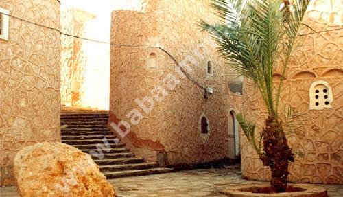 Maisons avec petites ouvertures, (le ksar est bâti sur un terrain rocailleux en pente) et placettes intimes.