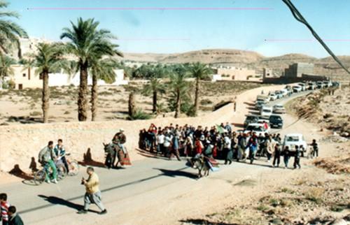 La ville de Beni Isguen en entier a accompagné les bénéficiaires à leurs nouvelles demeures (23.11.2000)